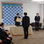 藤本校長から辞令書を受け取る柳下名誉教授