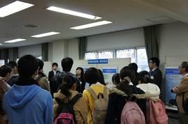 企業のパネル展示を聴く学生