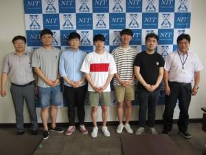 鄭 萬溶先生(左)と来日した留学生が校長(右)と対面