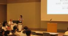 シンポジウムで講演する本校OG