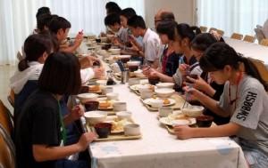 みんな揃って学生食堂で夕食