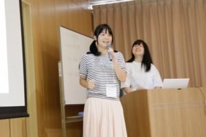 プレゼンを行う三橋さん(左:本校)と渡邊真子さん(右:桐陽高校2年)