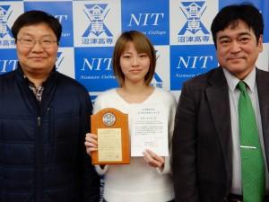 受賞を報告する実可子さん(中央)と指導教員の鄭 萬溶先生(左)、藤本 晶校長(右)