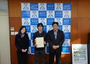 入選した村松佑真君(中央)と、村上准教授(左)、藤本 校長(右)