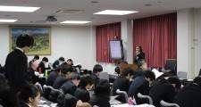報告会で質疑応答を行う学生たち