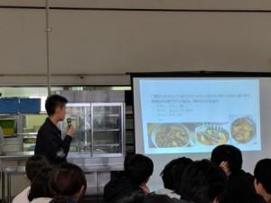 料理について紹介する留学生