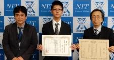 校長(左)と優秀賞を受賞した鈴木涼太くん(中央)、大津 孝佳教授(右)