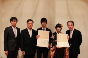 左から大沼巧准教授、高野明夫前専攻科長、太田和希さん、佐野友里花さん、遠山和之教授