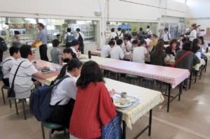 学生寮食事体験の様子