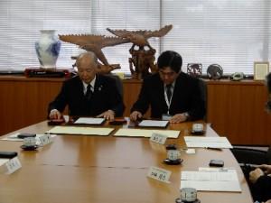 協定書に署名を行う清水町 山本町長(左)と沼津高専 藤本学校長
