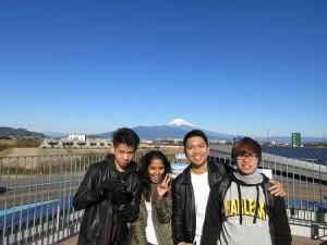 富士山を背景に記念写真