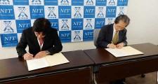 署名中の遺伝学研究所花岡所長(右)と藤本校長