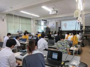 体験授業(電気電子工学科)の様子