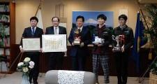 左から青木准教授、中村校長、川勝県知事、電子制御工学科3年渡邊さん、草芽さん