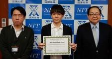 左から山崎准教授、鈴木さん、中村校長